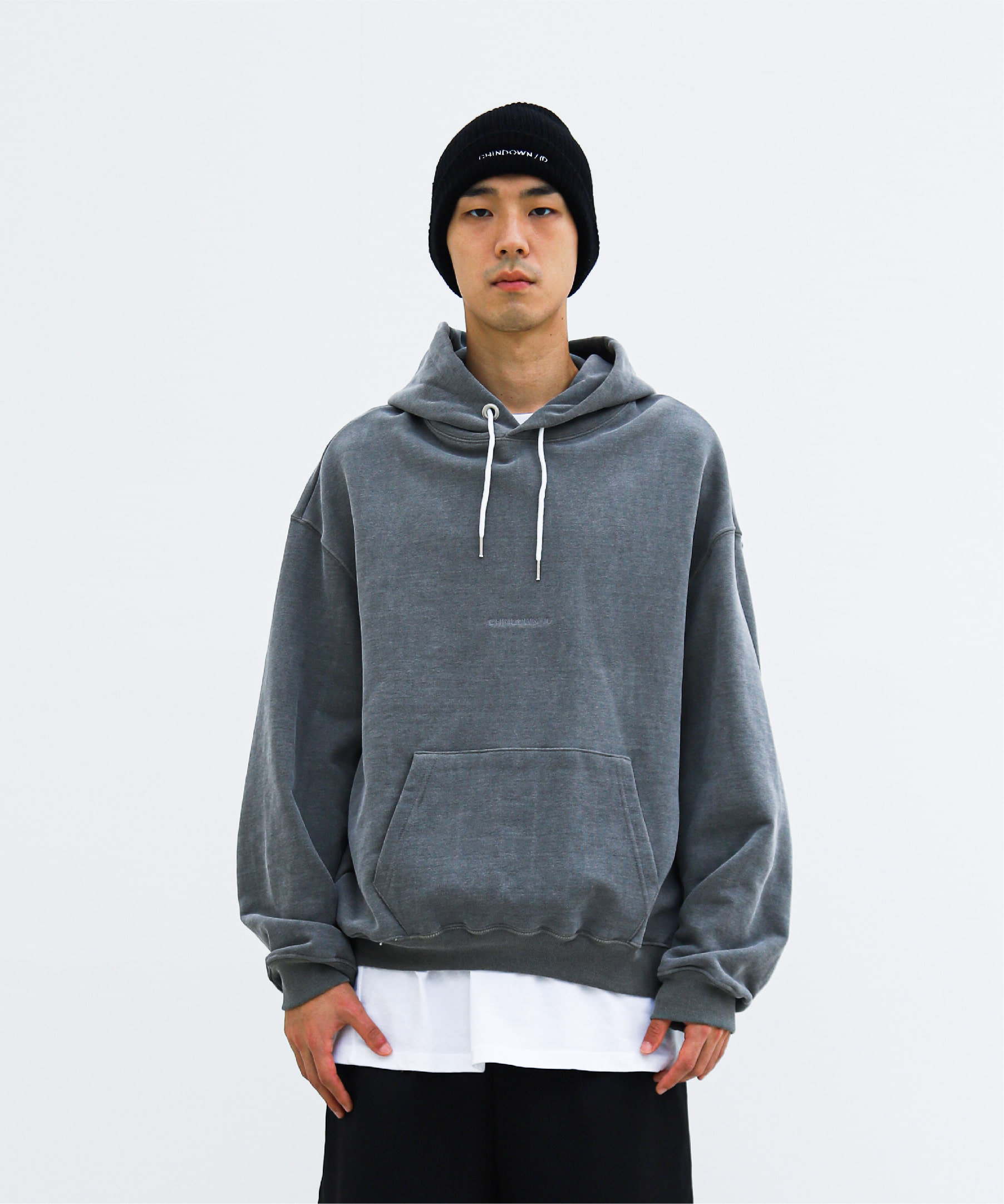 PIGMENT HOODIE CHINDOWN EMBROIDERED (SILKY CHARCOAL)