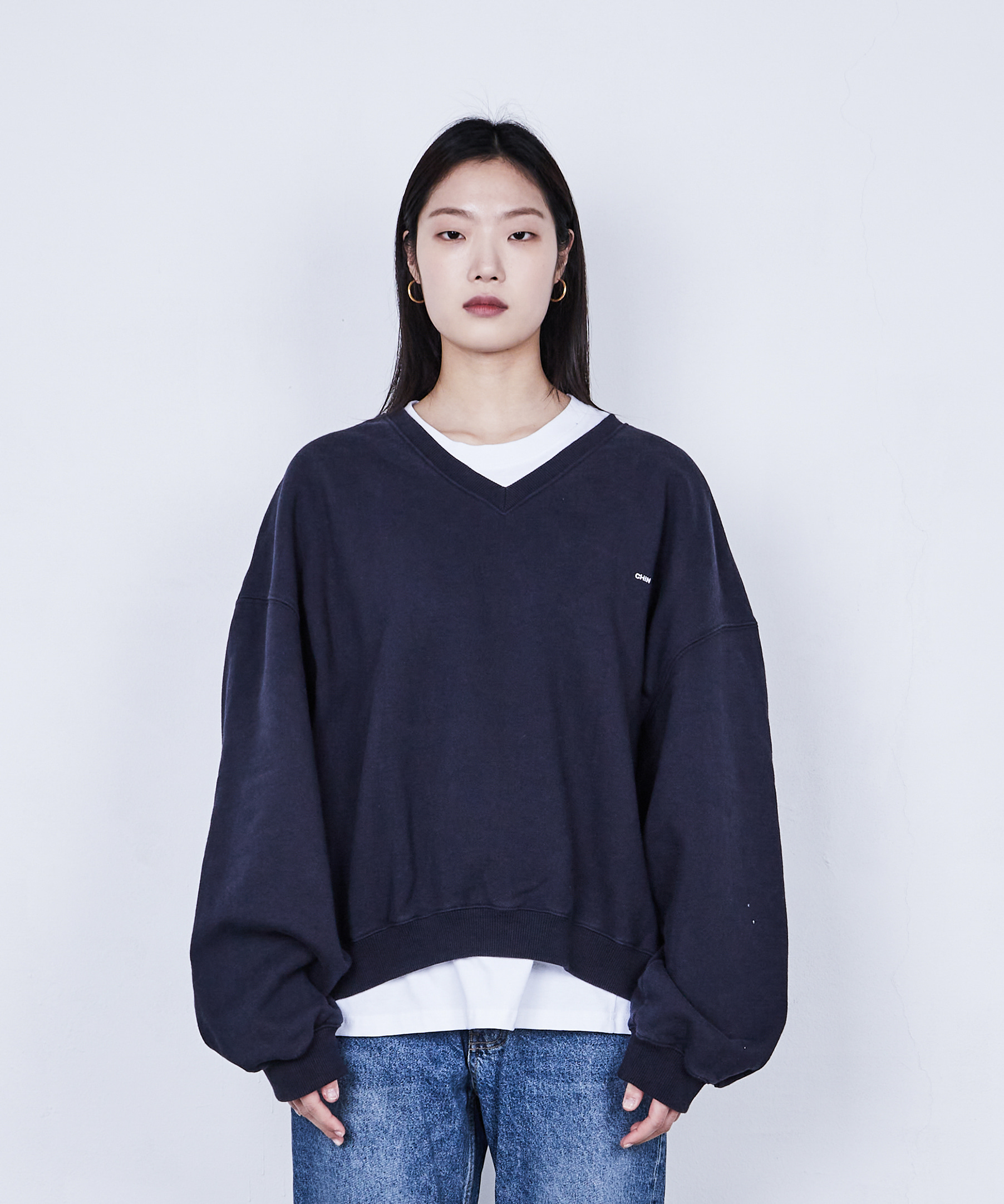 (D V-NECK SWEATSHIRT (NAVY)
